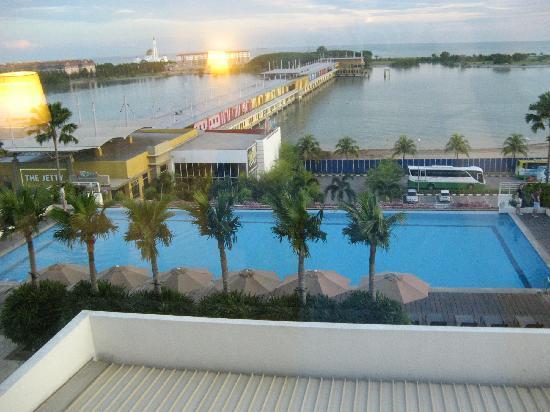 Holiday Inn Melaka: 泳池以及窗外风景