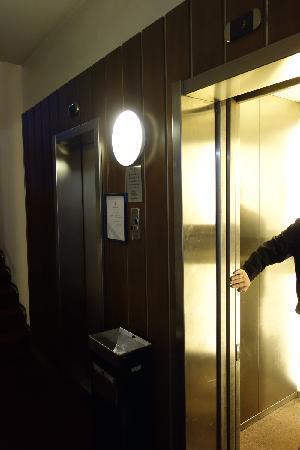 Palace Hotel : 酒店仅能容纳二个人及其大行李的客梯