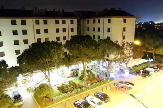 Albatros Hotel: 酒店外观对面的超商和酒吧