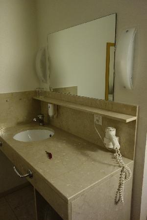 City Hotel: 洗手盆在客房内 与快捷酒店的布置相当