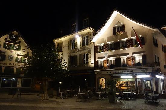 City Hotel: 酒店所在小镇中心夜景