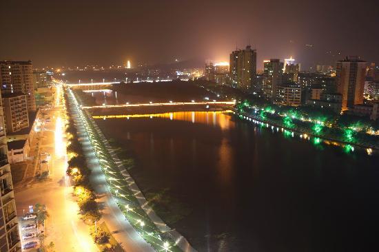 Hejing Hotel: 河景房窗外夜景1