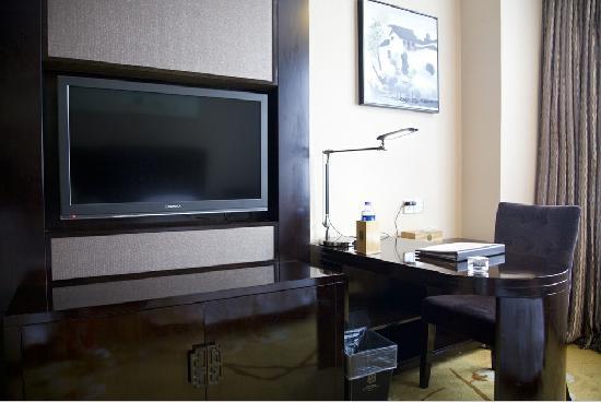 All Seasons Hotel: 房间里的电视、写字台