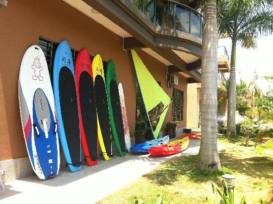 See Sea Inn Sanya Tianya Town: 院子里摆放的桨板和独木舟。