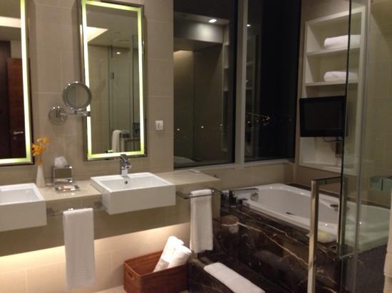 Grand Excelsior Hotel Deira: 套房洗手间