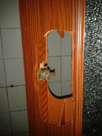 Jinkairui Hotel: 厕所门是烂的