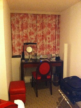 Mercure Tokyo Ginza: desk