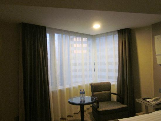 Hotel Nikko New Century Beijing: 临窗桌椅