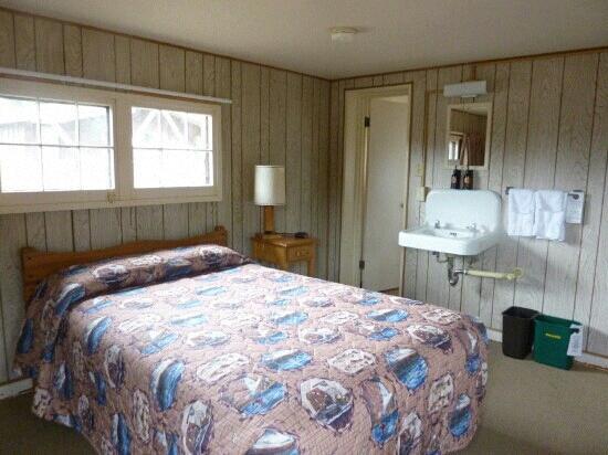 Lake Lodge Cabins: room
