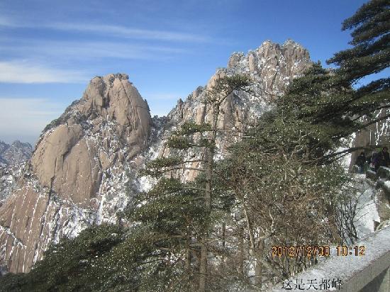 Celestial Capital Peak (Tian Du Feng): 天都峰