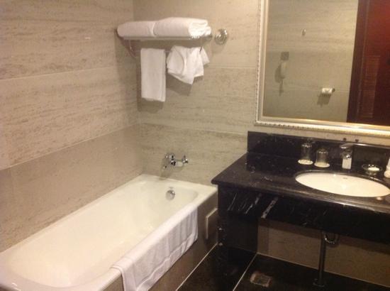 Shilin Yinruilin International Hotel: 舒适的浴盆