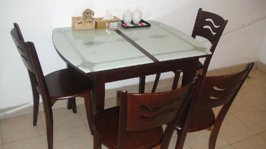 Sixiangjia Service Apartment Hotel Guangzhou Jinyuan: 豪华套房吃饭厅的餐桌