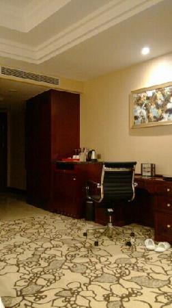 Soluxe Hotel Guangzhou: 地毯和墙上的画