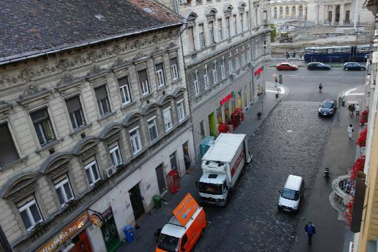 Royal Park Boutique Hotel : 酒店窗口望去的街景