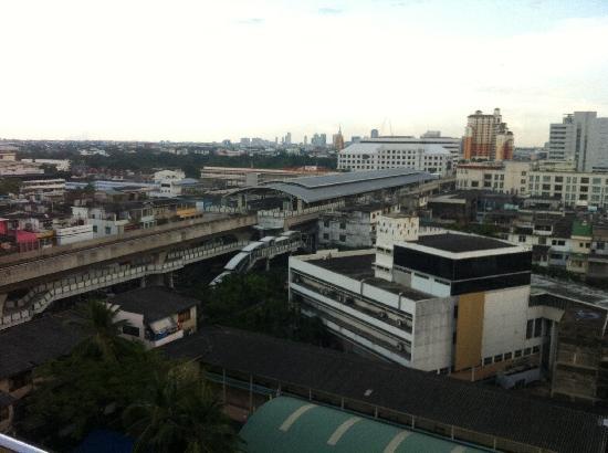 Vivarium Residence: 街景-地铁