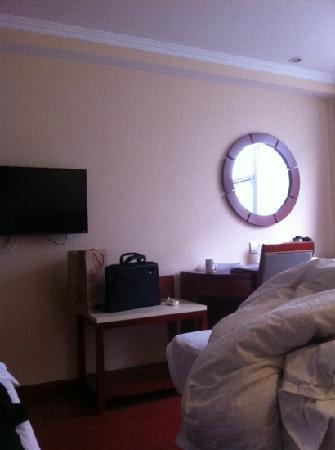 Beijing Bohua Hotel : 壁墙上的电视和镜子