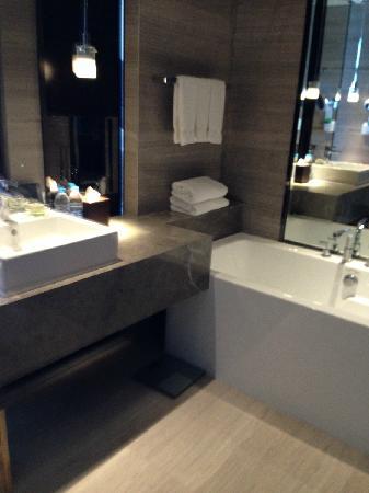 Renaissance Guiyang Hotel: 卫生间