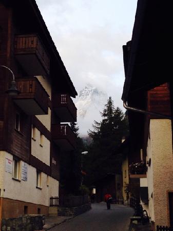 Haus Alpa Zermatt: 酒店门口拍的matterhorn