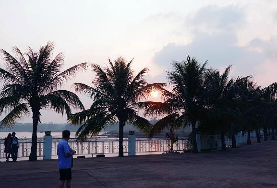 Xuwen County, Cina: 徐闻杏磊湾温泉度假村的晚霞