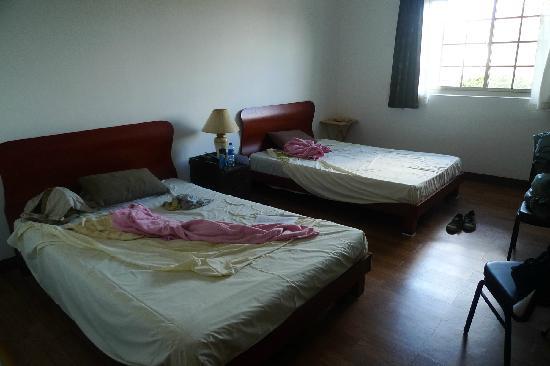 Himawari Hotel: 1.4米宽的2个大床,睡着很舒服。床上乱是我们没有收拾就拍照。
