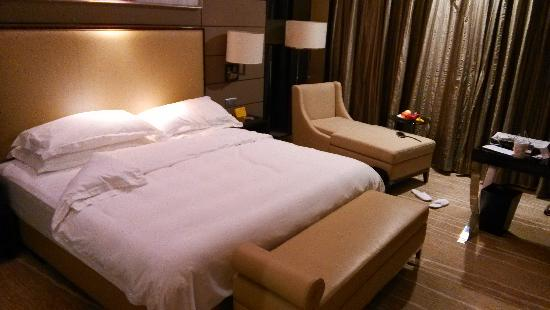 Crowne Plaza Shenzhen Longgang City Centre: 卧室一角