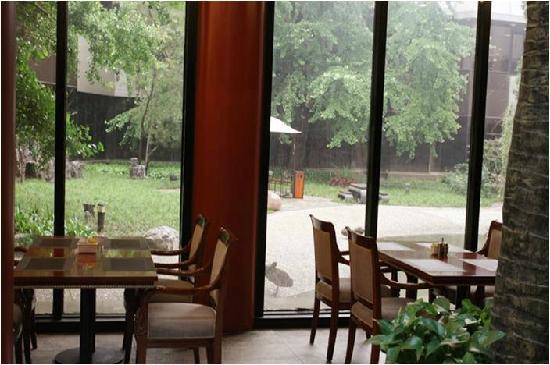 Capital Hotel Beijing: 花园边上的餐厅