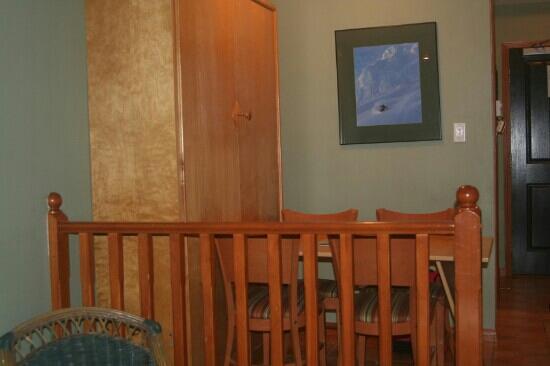 Alpenglow Lodge: 房间饭桌和柜床
