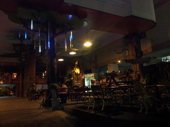 True Siam Phayathai Hotel : 夜景的酒店门口