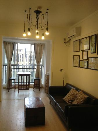 We Weikongjian Hostel: 入住的房间,特别喜欢那个老箱子做的茶几
