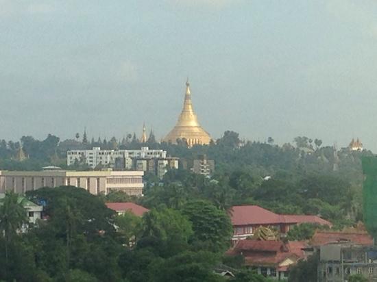 Myanmar Panda Hotel: 从酒店可以看到大金塔