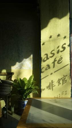 Oasis Cafe: 两点多太阳就偏西了。