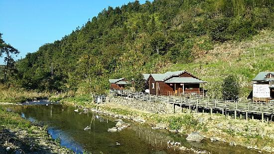 Shanhe Xiuxian Resort Mountain Villa: 客栈远景