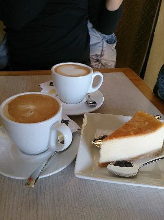Oasis Cafe: Latte & Cheesecake