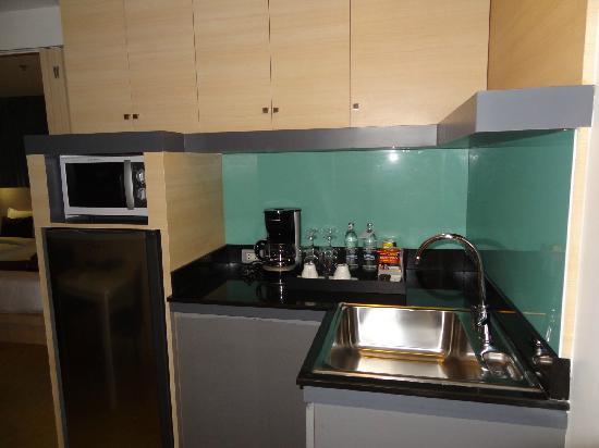 Arize Hotel Sukhumvit: 咖啡壶、冰箱、微波炉