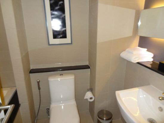 Arize Hotel Sukhumvit: 卫生间