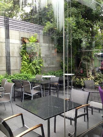 Arize Hotel Sukhumvit: 小庭院