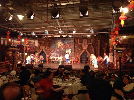 Yunnanrenjia Hotel : 吃饭时表演的节目