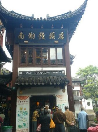 Shanghai Temple Of the Town God (Chenghung Miao): 永远排队的馒头店