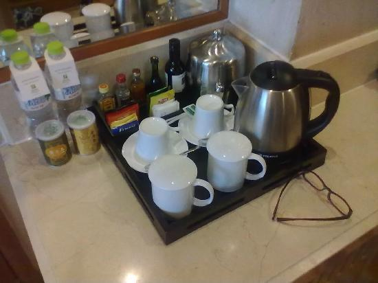 Qinhuangdao Sea View Hotel: 酒店的迷你吧,提供的饮品很丰富