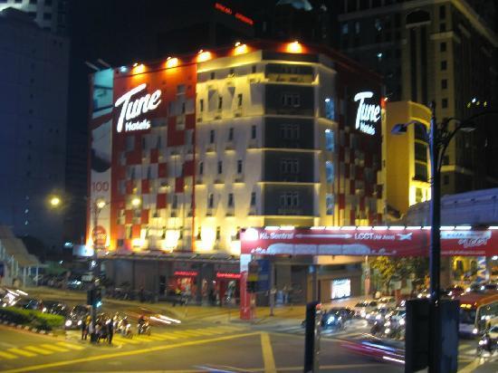 Tune Hotel Kuala Lumpur: 外观夜景