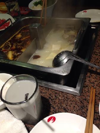 Haidilao Hot Pot(Mudanyuan): 鸳鸯锅