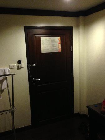 Lanta Mermaid Boutique House : 酒店房间门后的宾客须知1