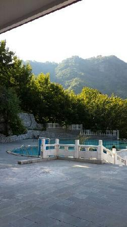 Shimenxia Hotel: 酒店门口游泳池