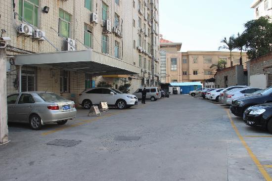 Baoshan Business Hotel: 停车场