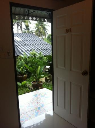 Phuket Airport Inn Hotel: 门外小花园