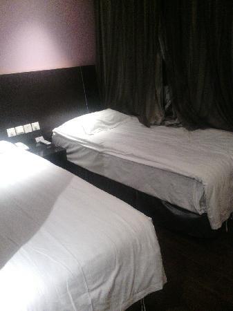 FX Hotel Beijing Airport : 两张床紧紧的贴着两面墙