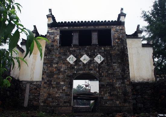 Taohua Pond: 桃花潭