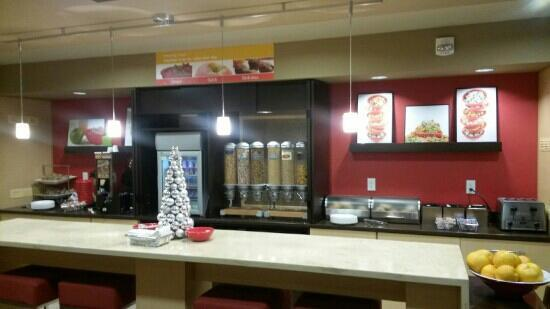TownePlace Suites East Lansing : 餐台