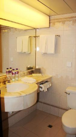 The Royal Pacific Hotel & Towers: bath room