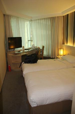 The Royal Pacific Hotel & Towers: room